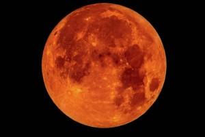Un eclipse lunar se presenta cuando la Tierra se encuentra entre la Luna y el Sol, y durante el proceso nuestro satélite natural adquiere usualmente una coloración rojiza, Daniel Flores Gutiérrez.