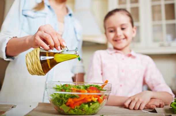 El aceite de oliva ofrece muchos beneficios para la salud, incluido el hecho de ser una fuente importante de antioxidantes y protector contra enfermedades cardiacas y la diabetes.
