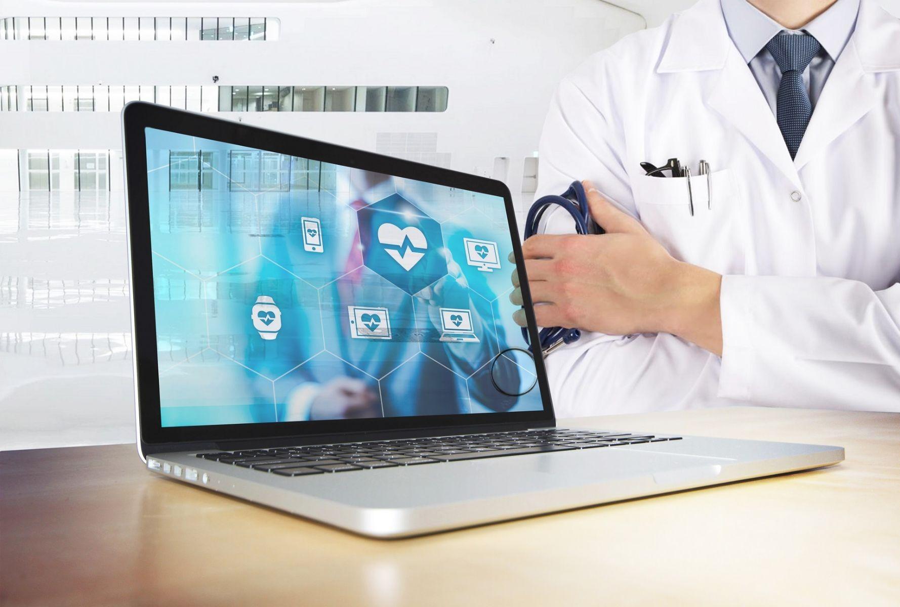 médico al fondo con una computadora al frente