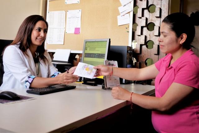 En promedio, cada mujer derechohabiente en vigilancia prenatal tiene siete consultas médicas, a las que se suman atenciones del personal de Nutrición, Psicología, Trabajo Social y consultas dentales.