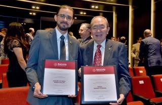 Durante el evento, se entregó el Reconocimiento en Estomatología en el Sistema Nacional de Salud en2 categorías: en área de Investigación al doctor Amaury de Jesús Pozos Guillen y en la categoría de Buenas Prácticas al doctor Takao Kimura Fujikami.