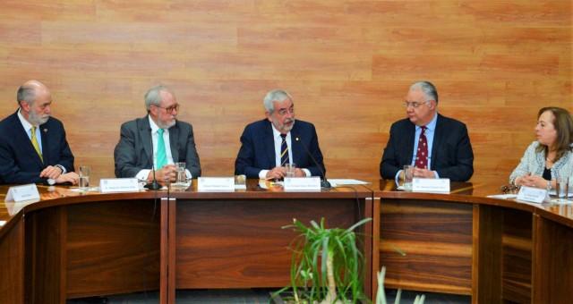 Enrique Graue, rector de la UNAM, firmó un convenio de colaboración con el presidente del Patronato del Centro Médico ABC, Roberto Newell.