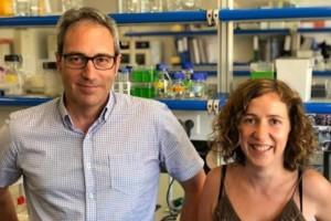 Los investigadores Bru Cormand y Noèlia Fernàndez Castillo, de la Facultad de Biología y el Instituto de Biomedicina de la UB (IBUB), el CIBERER, y el IRSJD.