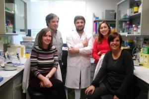 De izquierda a derecha, los investigadores Laura López-Molina, Jordi Alberch, Albert Giralt, Anna Sancho-Balsells y Silvia Ginés, en la Facultad de Medicina y Ciencias de la Salud (Universidad de Barcelona).