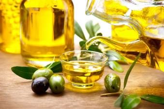 El aceite de oliva, por naturaleza, es naturalmente libre de colesterol y no contiene sal. También es rico en ácidos grasos monoinsaturados (77%), en particular el ácido oleico, por lo que diversos estudios médicos indican que pueden ayudar a mantener los niveles normales de colesterol al ingerirlo con moderación.