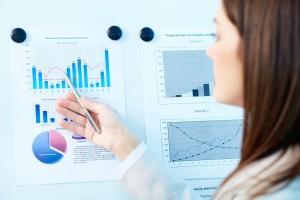 Mujer observando gráficas de datos
