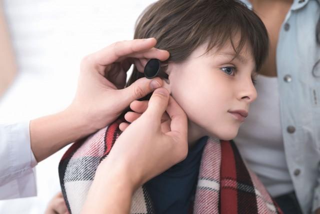 La otitis media se relaciona con procesos infecciosos de las vías respiratorias altas, que pueden ser causados por virus o bacterias