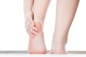 Hay varios factores que aumentan el riesgo de agrietamiento de los talones y, entre ellos, están la obesidad, usar zapatos abiertos como sandalias o por tener la piel fría y reseca. La fricción con los zapatos también puede empeorar tanto la sequedad de la piel como su agrietamiento.
