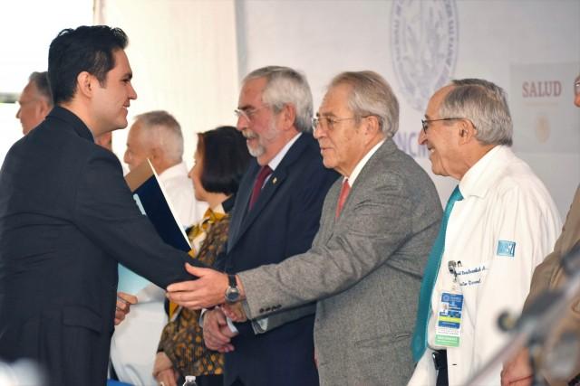 En la ceremonia, el Titular de Salud, junto con autoridades académicas, atestiguó la entrega de 209 diplomas a los graduados de 39 cursos distribuidos en 23 especialidades, como nefrología, cirugía general, urología, imagenología, reumatología, oncología, nutriología clínica, geriatría y neurofisiología, entre otros. También la entrega de los premios Dr. Juan A. Rull y José Antonio Martín Mora, en materias de investigación y enseñanza, respectivamente.