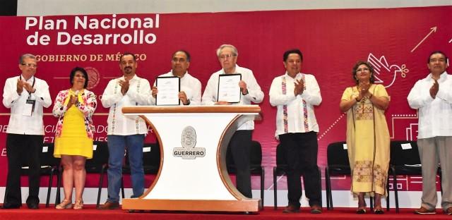 Después de la Plenaria el doctor Jorge Alcocer Varela y el gobernador Héctor Astudillo Flores, firmaron el acuerdo para garantizar el derecho de acceso a servicios de salud y medicamentos gratuitos para la población sin seguridad Social
