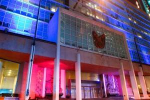 Con motivo del Día Mundial del Autismo, el IMSS iluminó de azul su edifico central.
