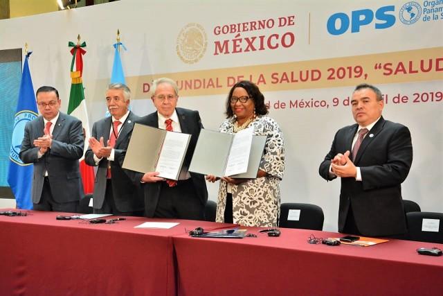 El doctor Jorge Alcocer Varela y Carissa Etienne firmaron el convenio de Adhesión de México al Fondo Rotatorio de Vacunas y Fondo Estratégico de Medicamentos de la OPS/OMS.