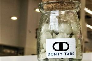 Donty Tabs, un producto que consiste en una pasta dental en formato de cápsulas que, a través de un sistema efervescente, mantiene la higiene al mismo tiempo que reduce hasta en un 60% el uso de agua, permitiendo impulsar su ahorro.