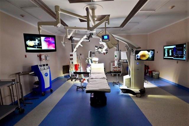 Se construyeron más de 12 mil m2 para ampliar y remodelar algunas áreas de la Torre Central: quirófanos, laboratorio clínico y patología, banco de sangre, cirugía ambulatoria; y en un futuro cercano, Centro Cardiovascular, radiología e imagen molecular, fisiología pulmonar y habitaciones de hospitalización.