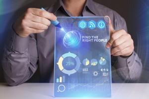 persona sostiene tablet con datos