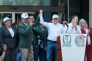 Acompañaron al Director General del IMSS y al Secretario General del SNTSS, la diputada federal por Michoacán, Julieta García Zepeda; los miembros de las 17 secretarías del Consejo Ejecutivo Nacional del Sindicato, así como los directores normativos del Seguro Social.
