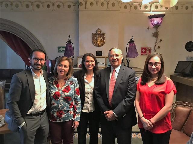 De izquierda a derecha, Dr. Adolfo Chávez, Sra. Lucía de Castro, Dra. Marissa González, Lic. Carlos Castro, Dra. Viviam Ubiarco.