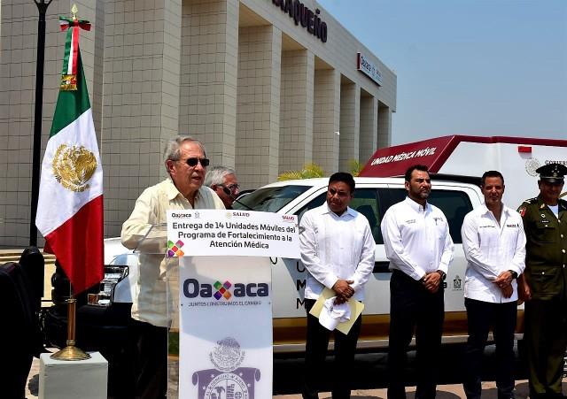 El Secretario de Salud, Jorge Alcocer Varelaencabezó en Oaxaca la entrega simbólica de las unidades móviles del Programa de Fortalecimiento a la Atención Médica en Localidades de Alta Marginación