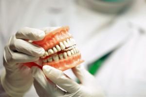 Ocurre durante la noche al apretar la mandíbula y presionar los dientes.