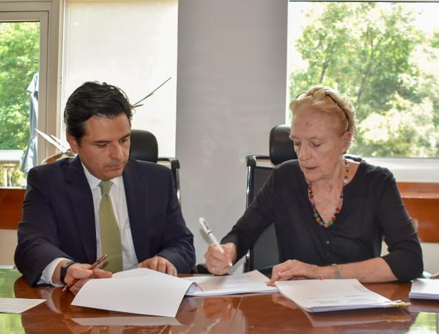 El convenio fue firmado por la subsecretaria de Integración y Desarrollo del Sector Salud, Asa Christina Laurell, y el director general del IMSS, Zoé Robledo Aburto.