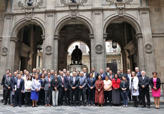 A esta primera sesión del CSG también asistieron el subsecretario de Prevención y Promoción de la Salud, Hugo López-Gatell Ramírez; la comisionada del Seguro Popular, Ivonne Cisneros Luján, el comisionado Federal para la Protección contra Riesgos Sanitarios (COFEPRIS), José Alonso Novelo Baeza, así como secretarios de Salud de diversas entidades federativas, entre otros.