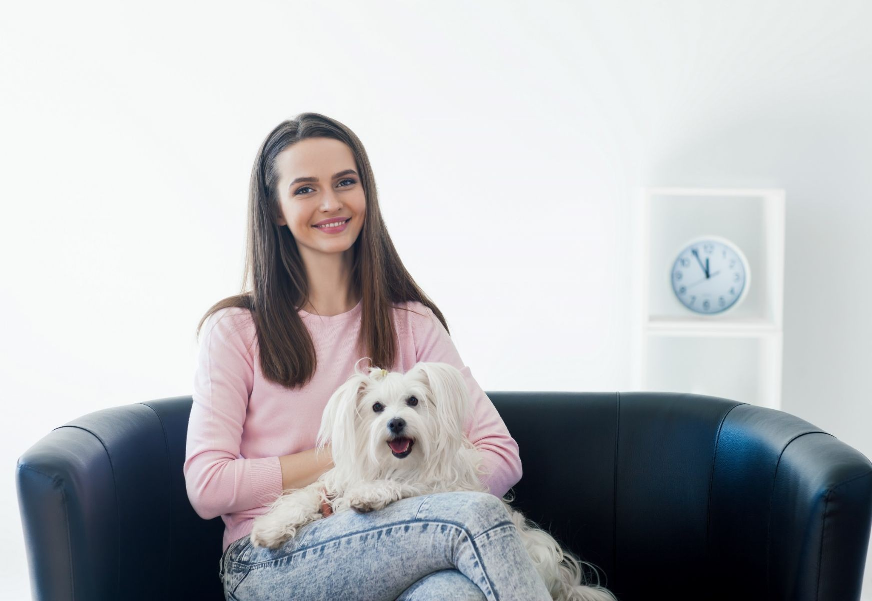 mujer sentada en sofa abrazando a un perro