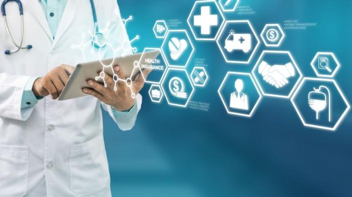 medico con tablet e iconos de salud