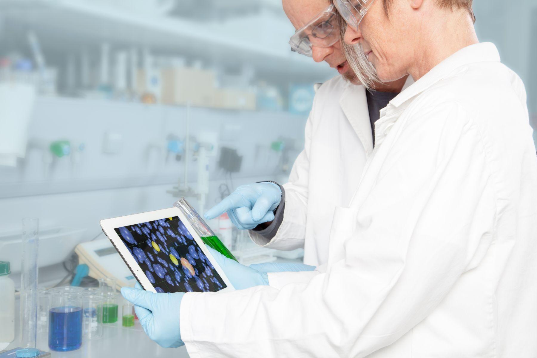 medicos observando una tableta