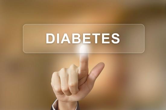 """Persona pulsando un botón con el texto """"diabetes"""""""