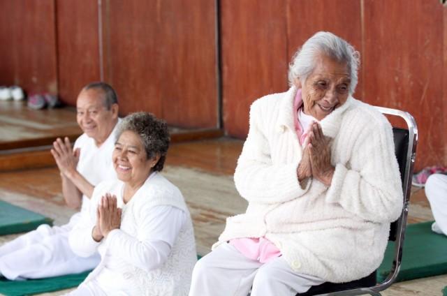 """""""Yo me siento muy bien viniendo aquí a este Centro, lo siento como si fuera mi casa. Yo invito a todos los adultos mayores a que vengan a hacer ejercicio por su salud. Gracias al Seguro Social porque me hace muy feliz hacer yoga"""", exclamóFernandita."""