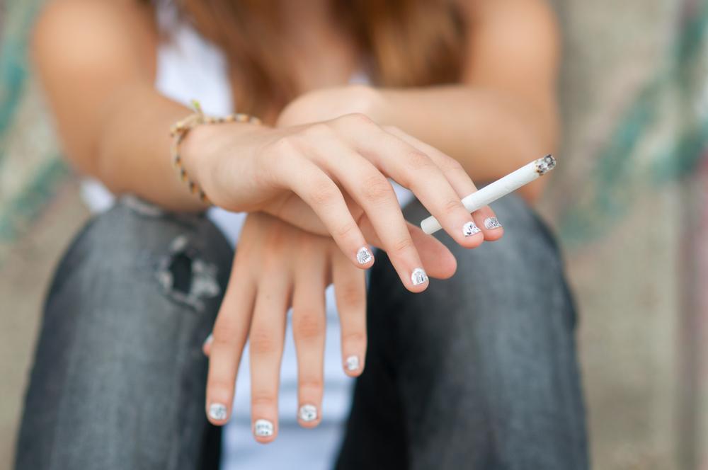 joven con cigarro
