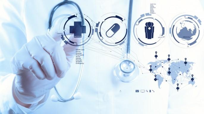 medico con estetoscopio e iconos de salud