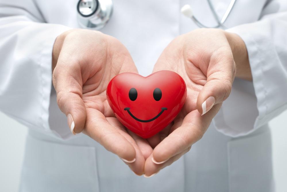 Doctora sosteniendo corazón
