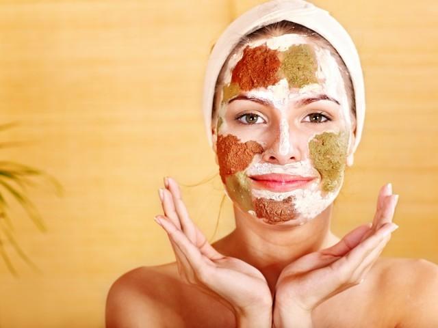 Algunos ingredientes ideales para hacer tus propias mascarillas son el aceite de olivo, aguacate, yogur griego y miel por ser humectantes que mejoran visiblemente la salud de tu rostro.