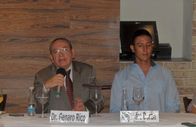 Dr. Genaro Rico con un paciente