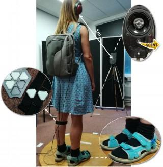 Los participantes en el segundo experimento; de pie sobre una tabla de madera, usando audífonos, un par de sensores de captura de movimiento y un dispositivo a base de zapato que mejoró el tono de sus propios pasos, previamente diseñados por el Dr. Tajadura-Jiménez de UC3M, profesor Bianchi-Berthouze de UCLIC y sus colegas.