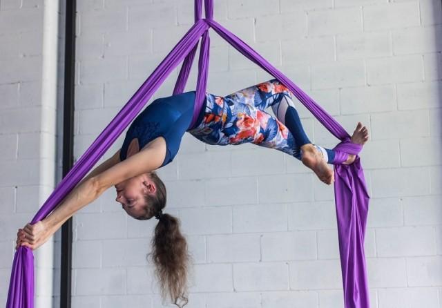 Con la práctica de la danza aérea se desarrolla fuerza, flexibilidad, paciencia, concentración y fortaleza mental.