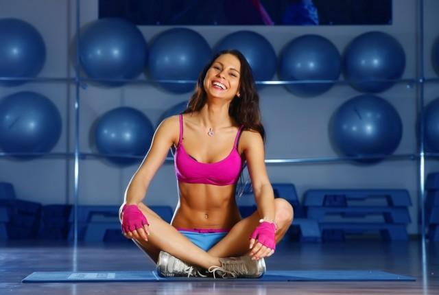 Mantente en movimiento. Hacer ejercicio regularmente ayuda al fortalecimiento de los huesos.