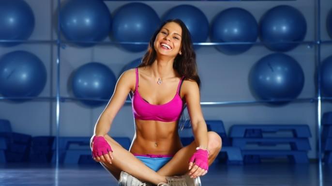 Mujer sonriendo y haciendo ejercicio