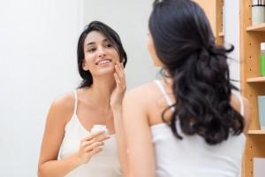 Puedes utilizar soluciones micelares o alguna espuma desmaquillante suave.