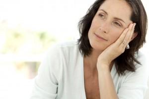 En buena medida la osteoporosis se debe a importantes factores como la menopausia, el sobrepeso, el sedentarismo.
