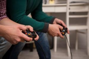 presonas con controles de videojuegos