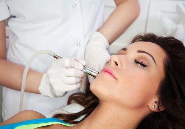 Actualmente se cuenta con un gran número de tratamientos, tanto invasivos y no invasivos, que permiten retrasar los signos del envejecimiento,