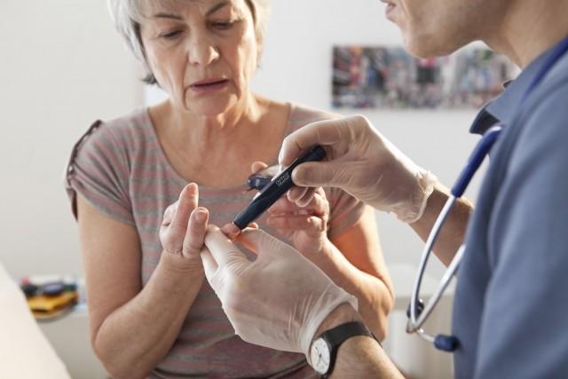 """En el caso de que una persona que viva con diabetes sea diagnosticada con cáncer de mama el acompañamiento debe ser mayor, ya que """"al ser ambas enfermedades crónico-degenerativas, es necesario que la paciente sienta respaldo y no vea en el diagnóstico una sentencia de muerte."""