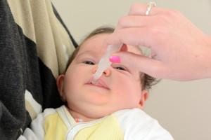 La transmisión del rotavirus entre niños en guarderías es causada por el contacto directo y mediante alimentos o juguetes contaminados.
