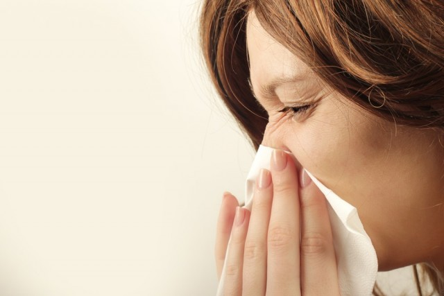 Si se presenta fiebre por arriba de los 38 grados, hay dolor en el pecho, la respiración se dificulta y hay silbilancias (chiflido al respirar), se debe acudir al médico.