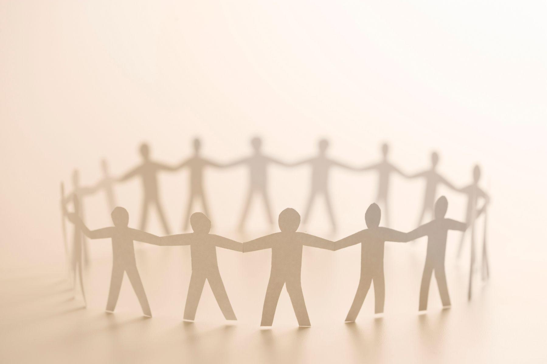 recorte de papel con forma de personas
