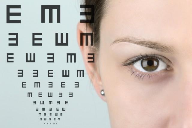 Mujer al lado de una prueba oftalmológica