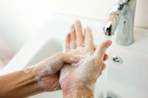 """Tres simples palabras para la salud: """"lávese las manos""""."""