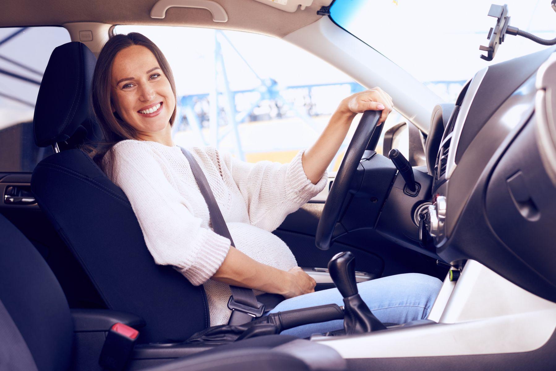 Mujer sonriente con cinturon de seguridad